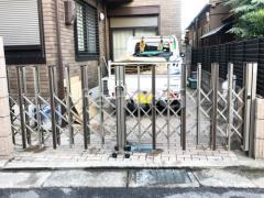 施工例画像:伸縮門扉 LIXILリクシル 木製調アルシャインII H型 Cタイプ 両開き アコーディオンゲート 既存ゲート解体撤去