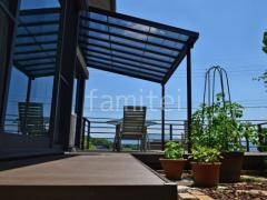 施工例画像:人工木材ウッドデッキ LIXILリクシル 樹ら楽ステージ(きらら) 樹脂 デッキフェンス 横ビームパネル