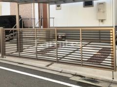 施工例画像:木製調手動跳ね上げ式門扉 LIXILリクシル ワイドオーバードアS1型 横2台用 アップゲート