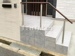 施工例画像:玄関前アプローチ 床タイル貼り LIXILリクシル グッドフロア300角 手摺り(手すり) YKKAP パルトナーUD 1型