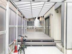 施工例画像:雨除け屋根 YKKAP ソラリアテラス屋根 1階用 F型フラット屋根 人工木材ウッドデッキ LIXILリクシル 樹ら楽ステージ(きらら) 樹脂
