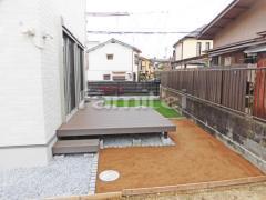 施工例画像:人工木材ウッドデッキ LIXILリクシル 樹ら楽ステージ(きらら) 樹脂 見切り石 ピンコロ石 お庭 人工芝 防草シート加工