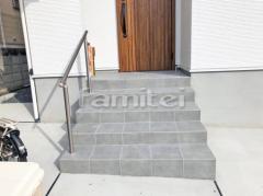 施工例画像:玄関アプローチ階段 床タイル貼り LIXILリクシル ブルーノ300角 BR-11 手摺り(手すり) グリップライン