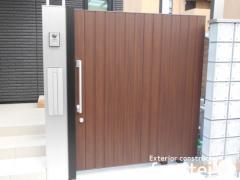 施工例画像:玄関門扉 YKKap木製調ルシアススライドドア 引き戸 スライドドア BW03 本体色 ショコラウォルナット 屋 カームブラック
