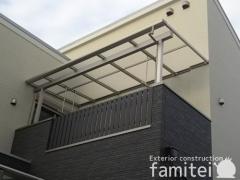 施工例画像:ベランダ屋根 YKKAP ソラリアテラス屋根 2階用 F型フラット屋根 物干し (標準吊下げ)