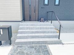 施工例画像:玄関アプローチ階段手摺り(手すり) YKKAP ルシアス歩行補助手すり
