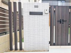 施工例画像:モダン門柱 壁タイル貼り LIXILリクシル セラヴィオK 郵便受けポスト YKKAP エクステリアポストG3型 木製調デザインアルミ角柱 プランパーツ 角材