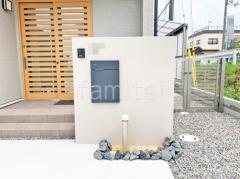 施工例画像:塗り壁門柱 宅配ボックス ユニソン ヴィコスリム100