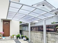 施工例画像:カーポート フル木製調雨除け屋根 人工木材ウッドデッキ