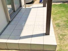 施工例画像:テラス屋根 タカショー木製調ホームヤードルーフII タイルデッキ