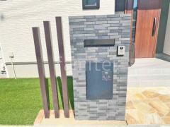 施工例画像:モダン門柱 壁タイル貼り LIXILリクシル セラヴィオグランA 木製調デザインアルミ角柱 プランパーツ 角材
