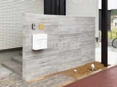施工例画像:門柱 壁タイル貼り タカショー セラウォール RC杉板