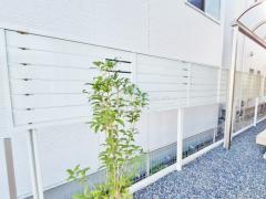 施工例画像:目隠しフェンス塀 雨除け屋根 人工木材ウッドデッキ