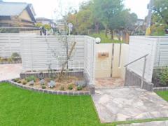 施工例画像:シンボルツリー オリーブ 常緑樹 植栽 レンガ花壇 ユニソン ソイルレンガ